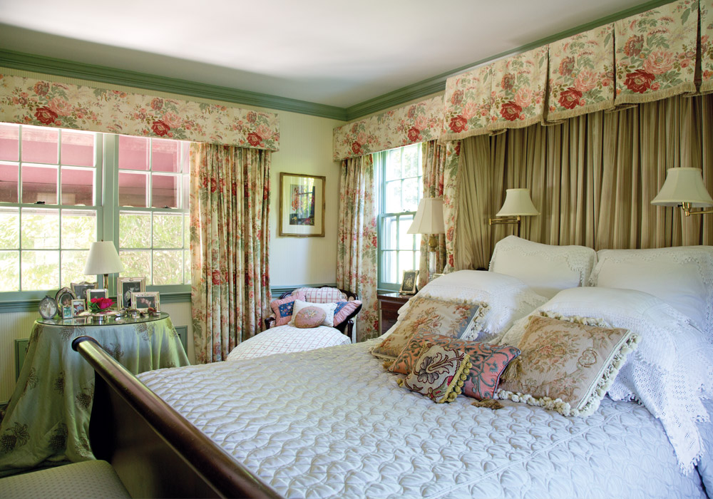 Summer settles into the amiable village of Essex, Connecticut, with whispers of gentle breezes & the cheerful lilt of birdsong as the music of the season. Step inside this cottage that's coming up roses.