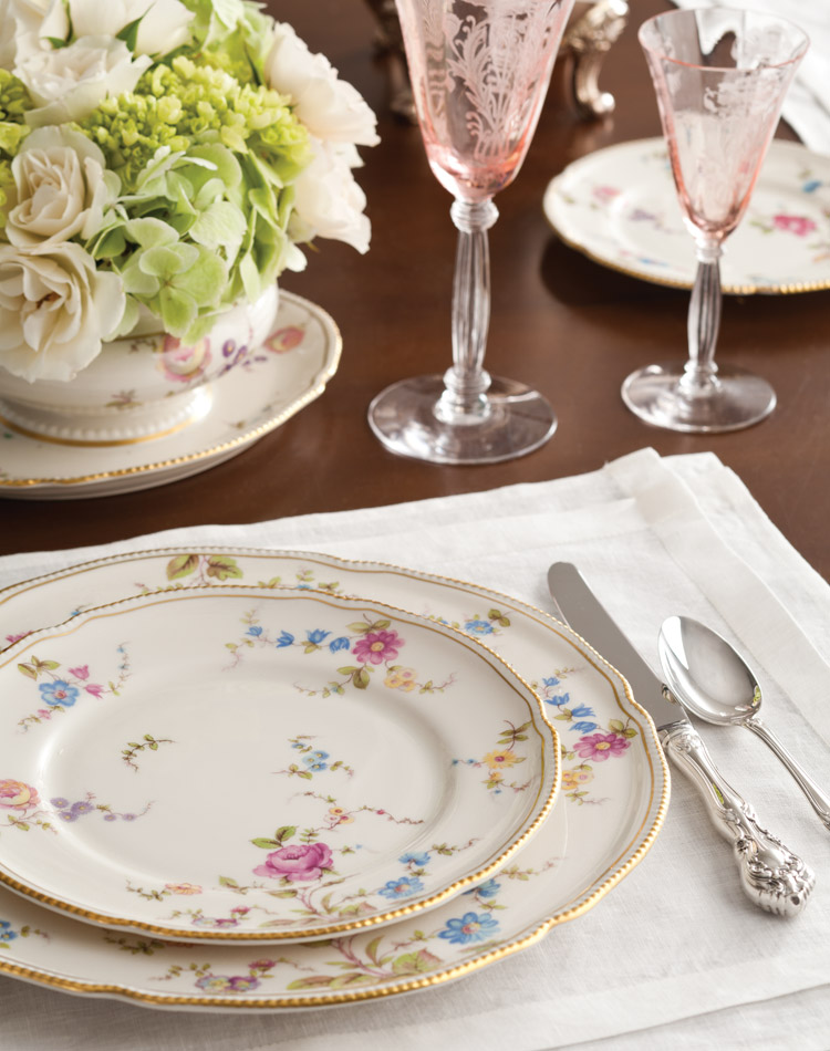 Founded in 1981 by Bob Page, a former North Carolina state auditor and weekend flea-market enthusiast, Replacements, Ltd., has grown into the world's pre-eminent resource for both old and new pieces of beloved family china and fine dinnerware.