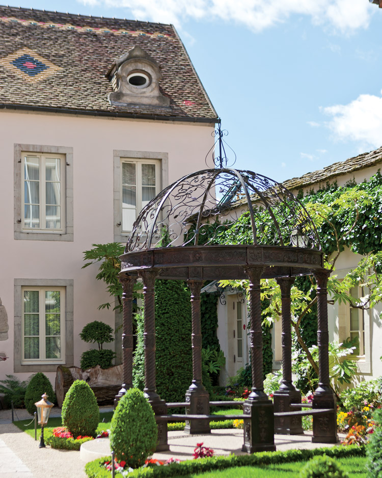 The courtyard of Hotel Le Cep